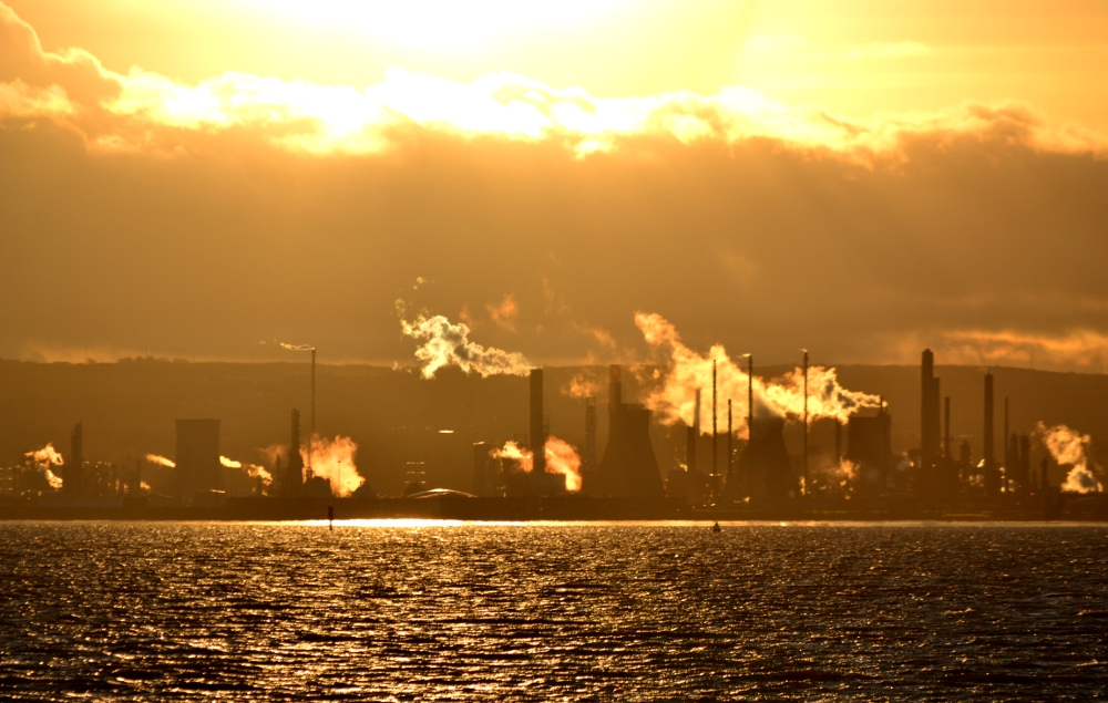 The Grangemouth refinery(By Guinnog - Own work, CC BY-SA 3.0, Link)