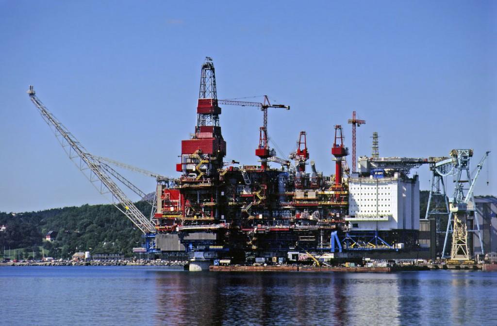 The Statoil's Gullfaks A platform, while under constructionBy www.rodjonesphotography.co.uk, CC BY 2.0, Link