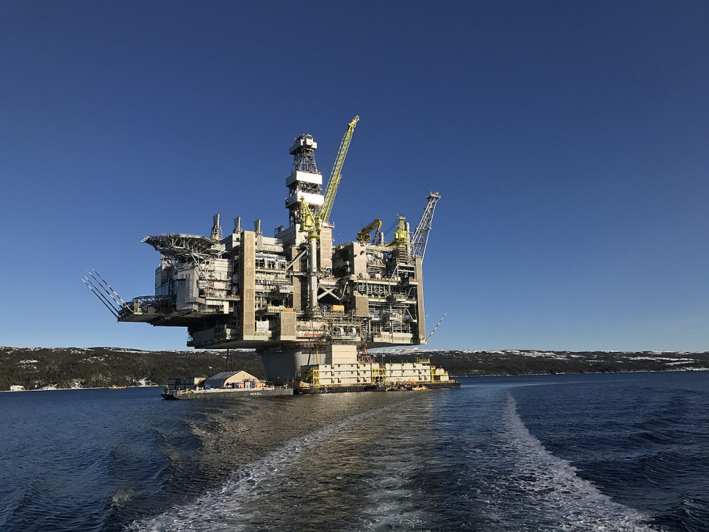The Hebron Oil Platform before being put on track (By Shhewitt - Own work, CC BY-SA 4.0, Link)